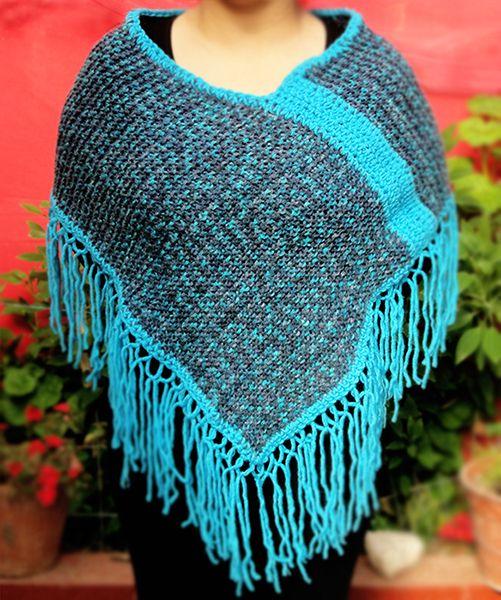 Mini Poncho matizado azul, tejido a mano  con 2 palillos y terminaciones a crochet.  Hand Knit Mini Poncho