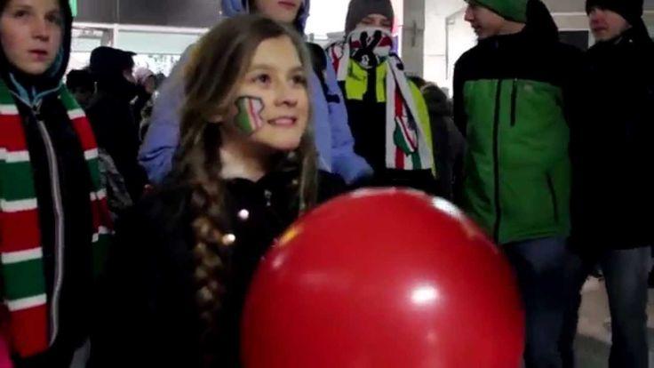 Koniecznie zobacz jak kibice Legii brali udział w naszych zabawach na stadionie. Bardzo optymistyczny filmik :).