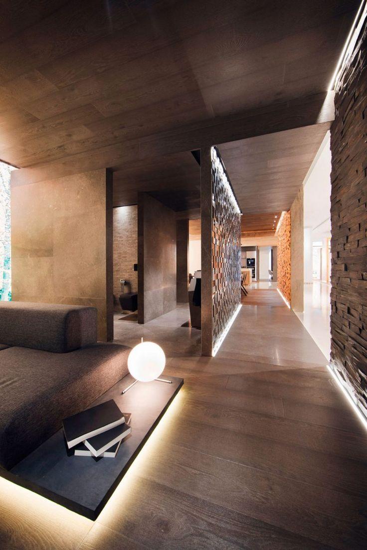 Indirekte Beleuchtung im Interior mit warmen, braunen Nuancen