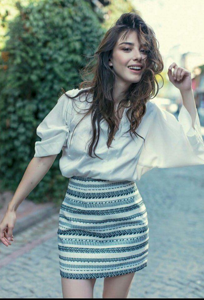 أناقة وعفوية أوزجي جوريل تشعل مواقع التواصل الاجتماعي بآخر جلسة تصوير لها شاهد مجلة هي Turkish Fashion Classy Outfits For Women Fashion