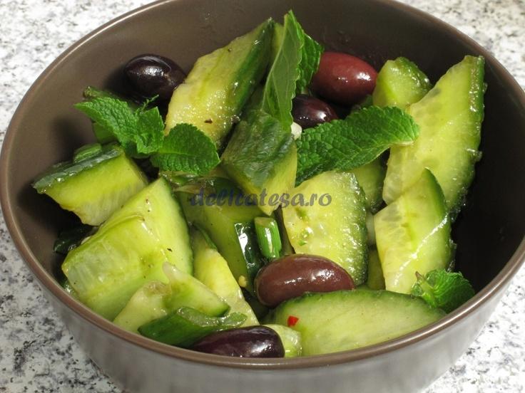 Salata de castraveţi cu ceapă verde şi măsline