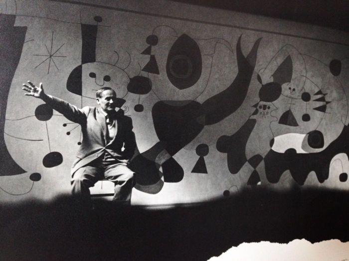 """Arnold Newman (1918-2006) - Joan Miro - 1947  Arnold Newman (1918-2006) vader van de """"milieuactivist portret"""" was een innovatieve Amerikaans fotograaf. Arnold Newman was lucide over de wereld hij in die van de machtigen woonde. Afgezien van zijn eerste foto's van het tijdperk van de New Deal en de Tweede Wereldoorlog portretteert hij beroemdheden van de politieke wereld maar ook en vooral voor de arts (met zijn beroemde portretten van Stravinsky en zijn piano of Picasso). Foto's vooral in…"""