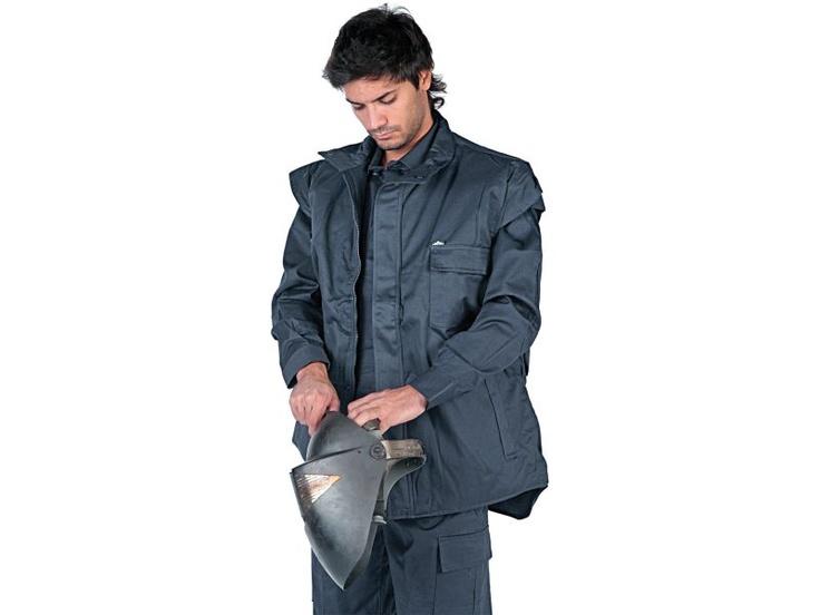 Chaleco antiestático Aiars CHRAT - Chaleco con cierre de cremallera y click protegidos por una solapa de 6 cm. de ancho. cuello alto. Diferentes bolsillos, varios invertidos. Elásticos en axilas. Alas en hombros. Faldón prolongados. Composición: Algodón 98% -  2%  fibra  de  carbono.  270 g/m2. La fibra de carbono proporciona la propiedad antiestático-permanente.    Más info: http://www.mafepe.com/productos/ver/chaleco-antiestatico-aiars-chrat