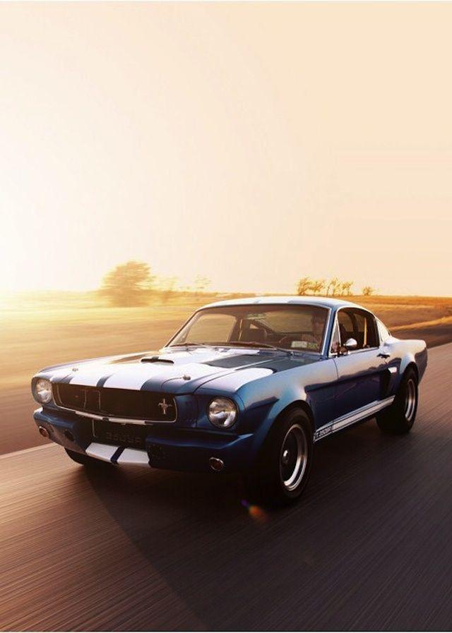 Une sacrée Muscle-Car cette Ford Mustang en livrée bleue à bandes blanches ! Et avec ce coucher de soleil, elle nous donne une furieuse envie…