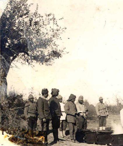 Bigalı Köyü yakınlarında karavana kuyruğunda bekleyen Mehmetçikler