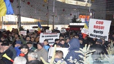 """loading... Mii de oameni au ieșit în stradă, luni seară, la chemarea PNL, în semn de solidaritate cu moțiunea de cenzură lansată împotriva Guvernului Tudose. Filialele PNL au organizat la nivelul județelor evenimente prilejuite de prezentarea publică a moțiunii de cenzură intitulate """"PSDragnea, în campanie mumă, la putere ciumă"""". Această acțiune a fost parte din ..."""