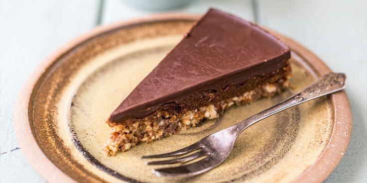 Ben je op zoek naar een chocoladetaart die lekker én gezond is? Dan is dit recept een aanrader! De zoute karamel wordt gemaakt van dadels, amandelpasta en kokosolie, en smaakt hemels. Extra bakgemak: hij hoeft niet eens in de oven. Je hebt er alleen een keukenmachine voor nodig. Dit heb je nodig Voor de bodem:…