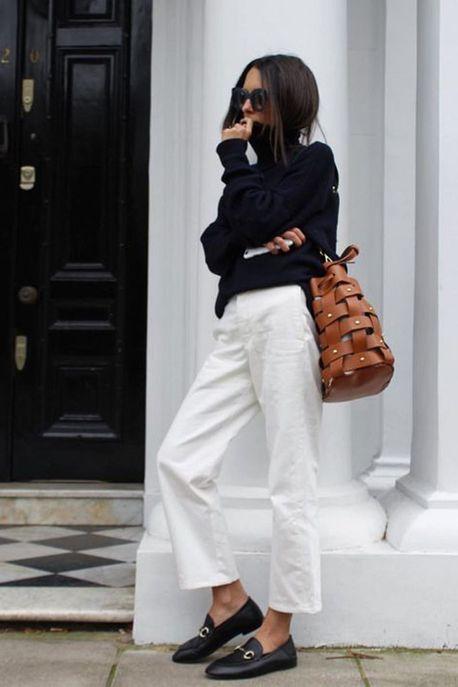 Un col roulé noir avec un pantalon blanc