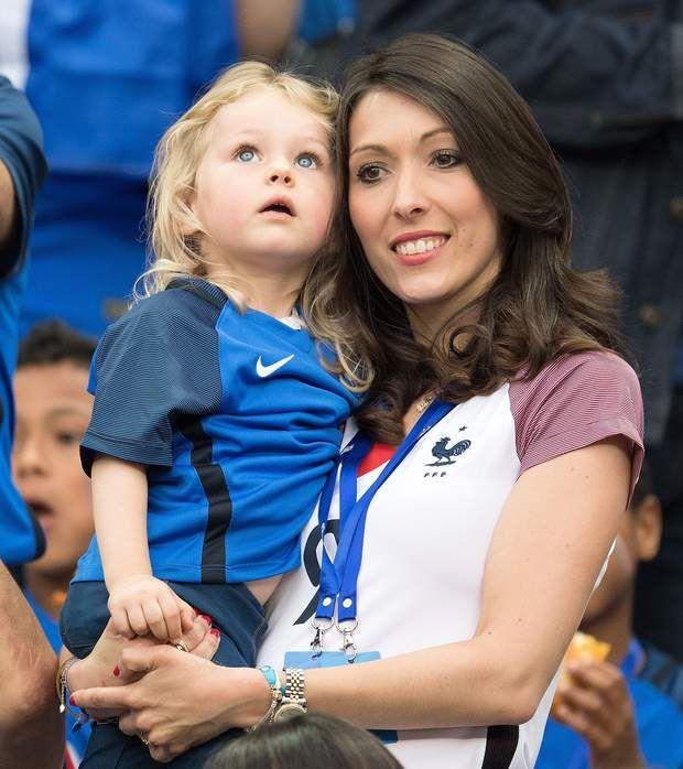 Jennifer Giroud et Jade L'épouse d'Olivier Giroud, et leur fille, Jade.
