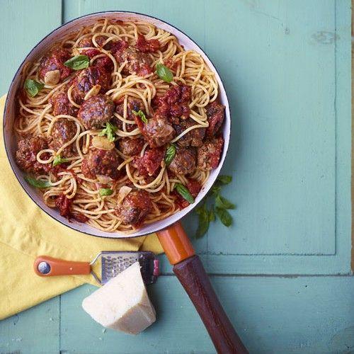Spaghetti, wie houdt er niet van? Deze variant met gehaktballetjes en tomatensaus is een recept waar je iedereen blij mee maakt!   1 Fruit de plakjes knoflook in een beetje olijfolie. Als de knoflook verkleurt, voeg je de tomaten plus royaal zout...