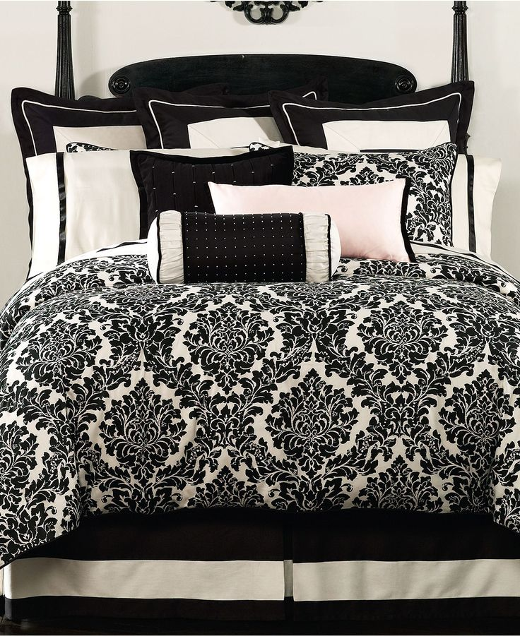 This is very similar to the comforter I bought for my dorm room.. I wish I had those pillows, though!