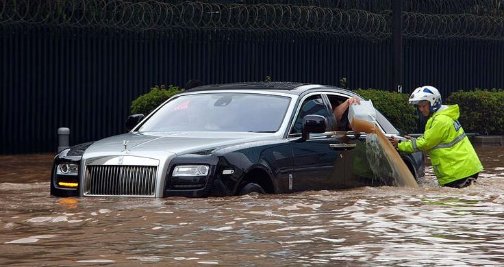 A Rolls Royce is stranded in floodwater in the Jakarta's central business district on January 17, 2013. Thousands of Indonesians were displaced and key areas of the capital were in more than three feet of water after days of heavy rain | © Ed Wray | Getty Images
