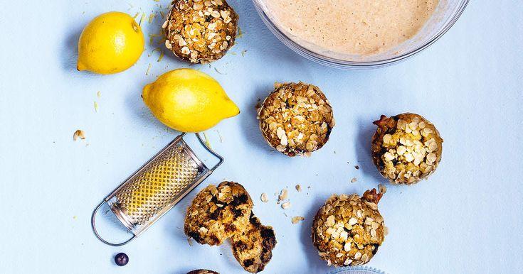 Veganska muffins med banan, blåbär och frasigt havresmul.