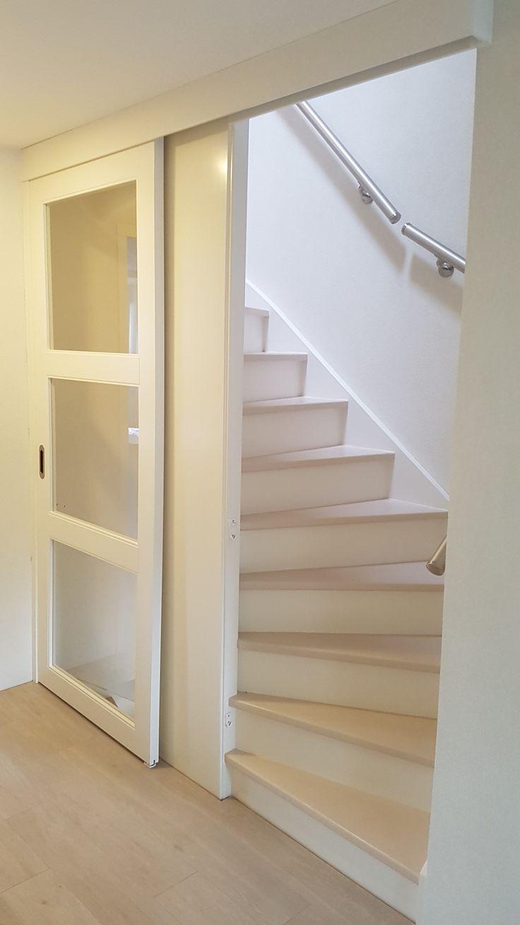 Enkle schuifdeur op.aat gemaakt voor trappen gaat. Schuifdeur geheel gespoten naar wens van de klant. Deur voorzien van soft stop systeem.