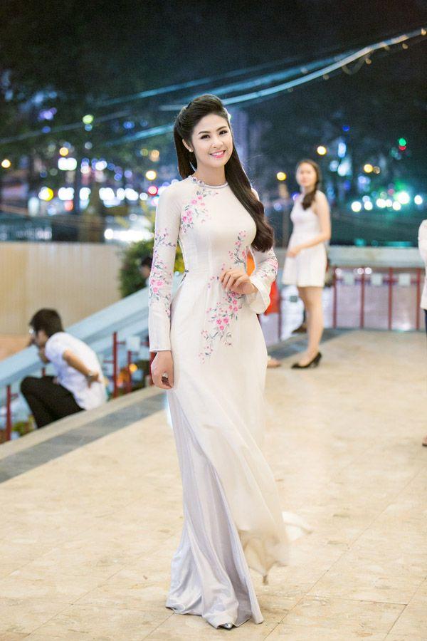 Ngọc Hân đẹp duyên dáng với áo dài