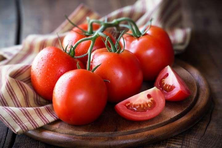 تفسير رؤية الطماطم في الحلم أو المنام ابن سيرين الحلم بالطماطم الطماطم الطماطم الفاسدة Tomato Different Fruits And Vegetables Plant Nutrients