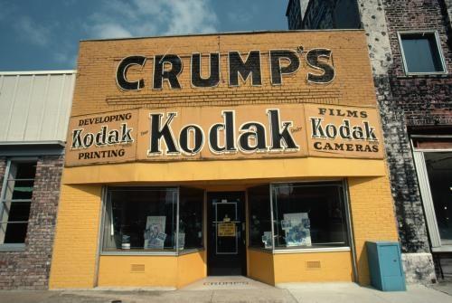 """Der """"Crump's Kodak Camera Store"""" in Sheffield, Alabama. Kodak-Gründer George Eastman schuf nicht nur den Firmennamen, sondern gab den Produkten und Shops auch die unverwechselbare Farbe Gelb."""