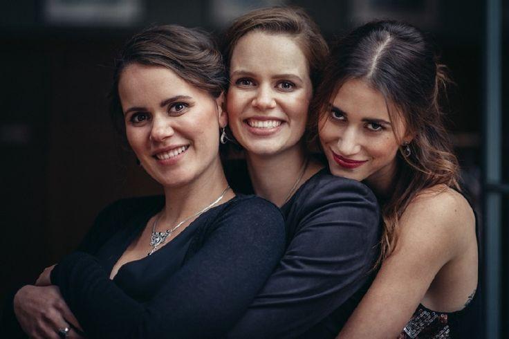 Yanne, Mira en Lize Feryn hebben al van kinds af aan een liefde voor schoonheid, creativiteit, eerlijkheid en elkaar. De drie zussen werden van thuis uit gestimuleerd om te doen wat ze graag doen, en toevallig was dat heel veel.