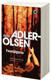asanjägarna av Jussi Adler-Olsen  Betyg 5/5   Carl Mørck på Avelning Q, polisens cold case-avdelning, får en ny mapp på sitt bord: år 1987 hittas ett syskonpar brutalt mördade i en sommarstuga. Polisens utredning pekar på att mördaren finns bland en grupp unga internatskolelever, som kommer från några av de rikaste familjerna i Danmark. Men bevisen är inte starka nog och utredningen läggs på is.  #recension #bok #deckare #bokrecension #böcker
