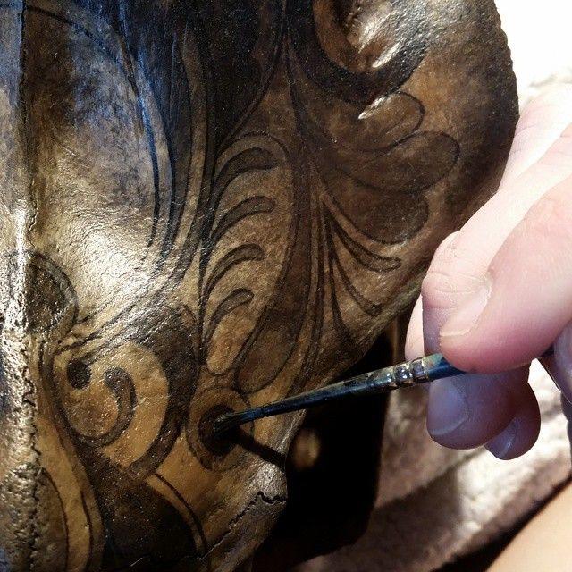 Bläck, hundratusen lager svart kaffe, tålamod.  Kärlek.  #wip #art #artwork #konst #skullart #skullartwork #boneart #paintedskull #animalskull #moose #mooseskull #ink and #blackcoffee