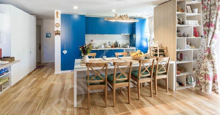 O bucătărie pentru un apartament plin de culoare. Pe scurt, detaliile acestei bucătării sunt: Fronturi MDF vopsit mat Blat Corian Carcasă din PAL alb Masă realizată din MDF dublat îmbinat la 45 grade și PAL melaminat Glisiere Tandem Box Blum…