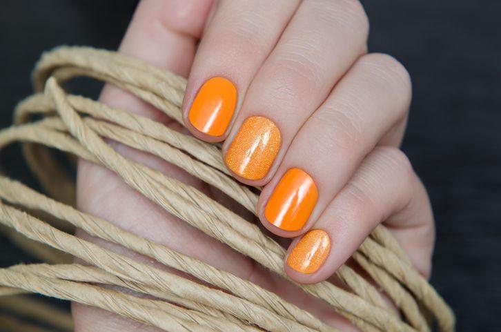 Nail art color zucca con smalto arancione, ecco la tonalità calda dell'autunno che dovete provare!