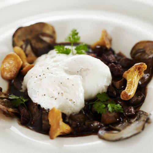 Découvrez la recette du chef Christian Tetedoie du restaurant Christian Tetedoie : L'œuf façon Meurette, Mousseux de champignons & croquant au Romarin