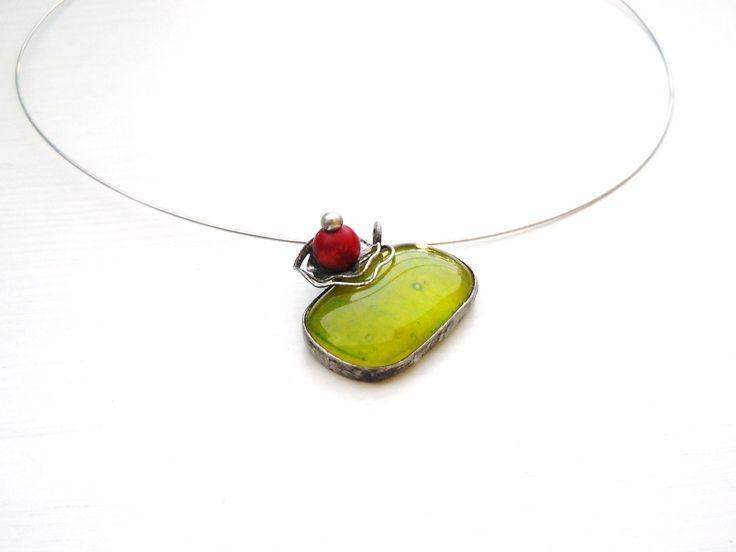 Bloominglass  Autorský cínovaný náhrdelník, se svěže zeleným skleněným kabošonkem z dílnyJar23. Doplněn korálovou kuličkou. Délka cca 5 cm. Leštěn, patinován, ošetřen antioxidaním prostředkem. Vyroben z bezolovnatého cínu.