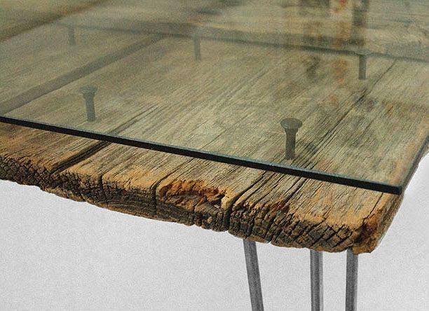 Table de bois recouverte d'un plateau de verre. Permet de protéger le bois et gagner en propreté et hygiène !  Idée pour bureau