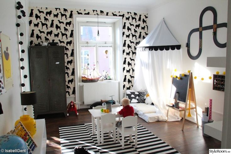 svartvitt,lekrum,tält barnrum,plåtskåp,svart och vitt,randig matta,pojkrum