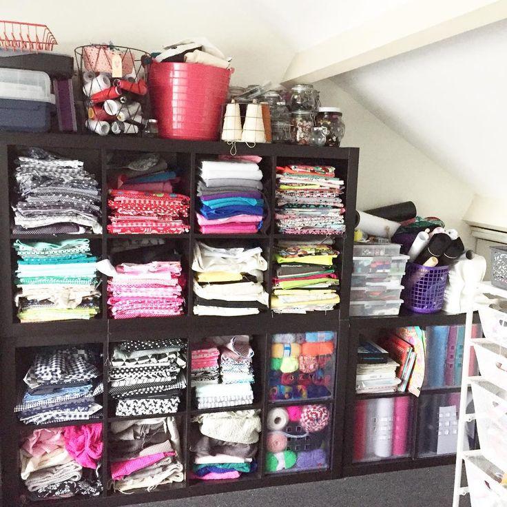 •• W O W •• dagen gezwoegd, maar eindelijk de zolder weer wat op orde. Alles is weer kleur georiënteerd, in mandjes en in bakken. Zoals je ziet heb ik niet alleen stof, maar ook garen / wol / vilt / vinyl / flexfolie / knopen / kralen / band en heel veel lint. Ik weet het, echt veels te veel  #diniemini #haken #naaien #sewing #stoffen #fabric #garen #yarn #knopen #hobby #zolderkamer