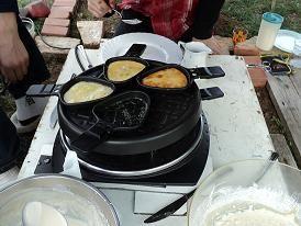 Pannenkoeken gourmetten een gezellige lekkere bezigheid. Op een zaterdag wou ik voor de kinderen iets leuks bedenken en toen kwam het idee boven om een paar soorten pannenkoeken beslag te maken en deze in de kleine pannetjes van het gourmetstel te bakken. We hebben gezellig een paar uur ieder zijn eigen pannenkoekjes gebakken. Dit is ook een leuk idee dat met weinig kosten uit te voeren is voor een kinderfeestje en wat de kinderen leuk vinden. Pannenkoeken gourmetten !