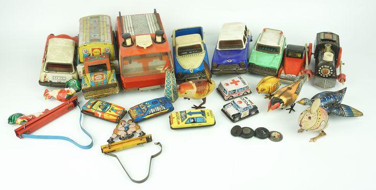 Een kavel voornamelijk mechanisch gelithografeerd blikken speelgoed, w.o. knijpertjes, vogels, auto's en treinen
