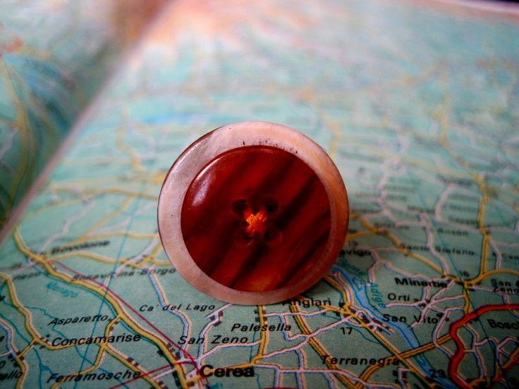 Anello Bottone Marròn Filo Rosso di L'atlante dei Bottoni Bijoux su DaWanda.com