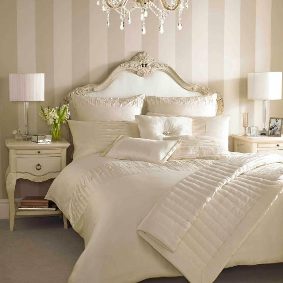 Sweet dreams gorgeous cream bedding interior design for Pretty wallpaper for walls