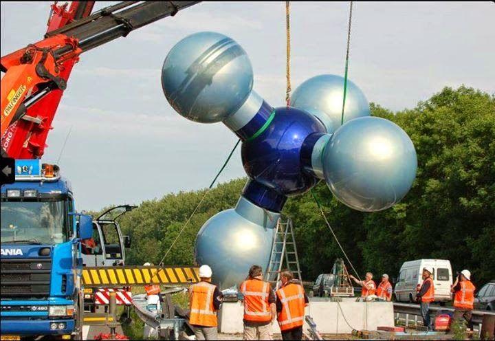 112 Groningen: Door de aardbeving van 2.8 op de schaal van Richter bij Woudbloem is het kunstwerk van het gasmolecuul bij Hoogezand ernstig beschadigd geraakt. Omdat het kunstwerk dreigde om te vallen en op de autosnelweg A7 terecht zou komen, is deze met spoed verwijderd.