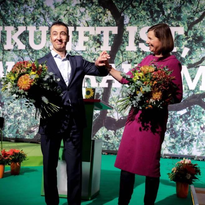 Der Vorsitzende von Bündnis 90/Die Grünen, Cem Özdemir, und die Grünen-Fraktionschefin Katrin Göring-Eckardt werden am 25.11.2017 in Berlin auf dem Parteitag von Bündnis 90/Die Grünen