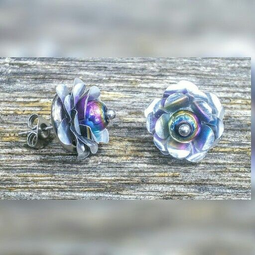 A new design in my upcycled aluminium soft drink can jewellery. These are stud earrings with stainless steel backs & posts. The flower centre is a rainbow hematite bead. Size wise the flower part is a bit smaller than an Australian 5 cent piece. #upcycle #recycle #earrings #jewellery #jewelry #handmade #handcrafted #flower #blackstarr