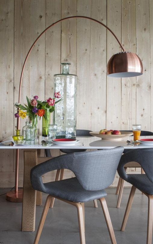 Koperen booglamp boven eettafel