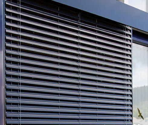 La nuova #VR90 #resistente al #vento è stata #progettata appositamente per #edifici #esposti al #vento ed è stata #testata presso l'#istituto #ift #Rosenheim in #Germania. Una maggiore stabilità al #vento significa anche un bilancio #ecologico migliore. Anche nelle giornate calde e ventose, le #lamelle a #pacco proteggono dal #sole, facendo così #risparmiare l'#energia #elettrica che altrimenti sarebbe necessaria per i #condizionatori. | www.gallisrl.eu