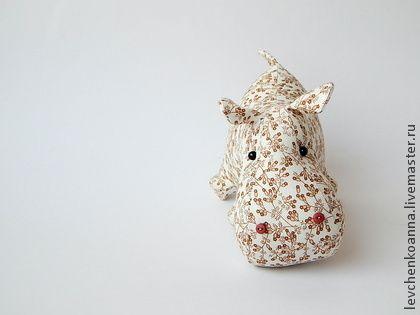 Бегомотик любознательный. Игрушка сшита из хлопка, набит синтепонм. Приятная на ощупь, милая игрушка как для ребёнка так и для взрослого. Необычный декор дома, милый и смешной подарок.