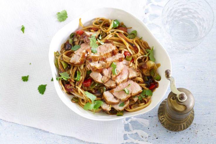 Woknoedels met varkenshaas in oestersaus - Recept - Allerhande