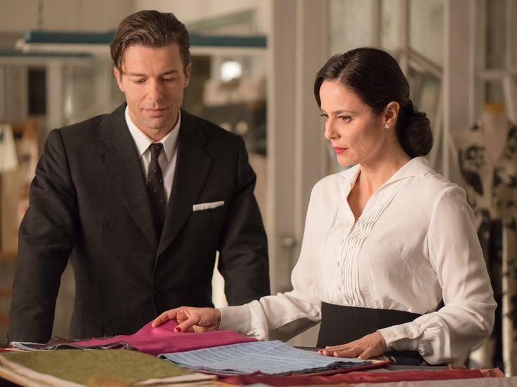 Doña Blanca revisa las telas con el nuevo director de Velvet