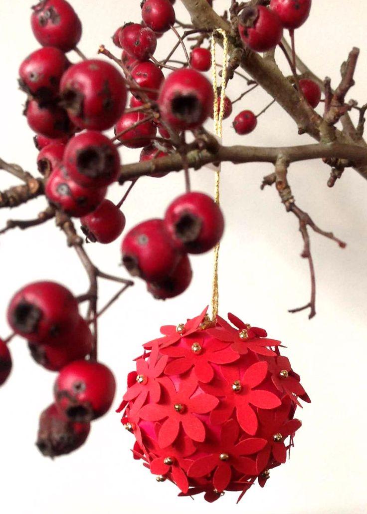 RØD JULEKUGLE Røde små blomster og guldperler. Kronborg Slots julemarked 2014.