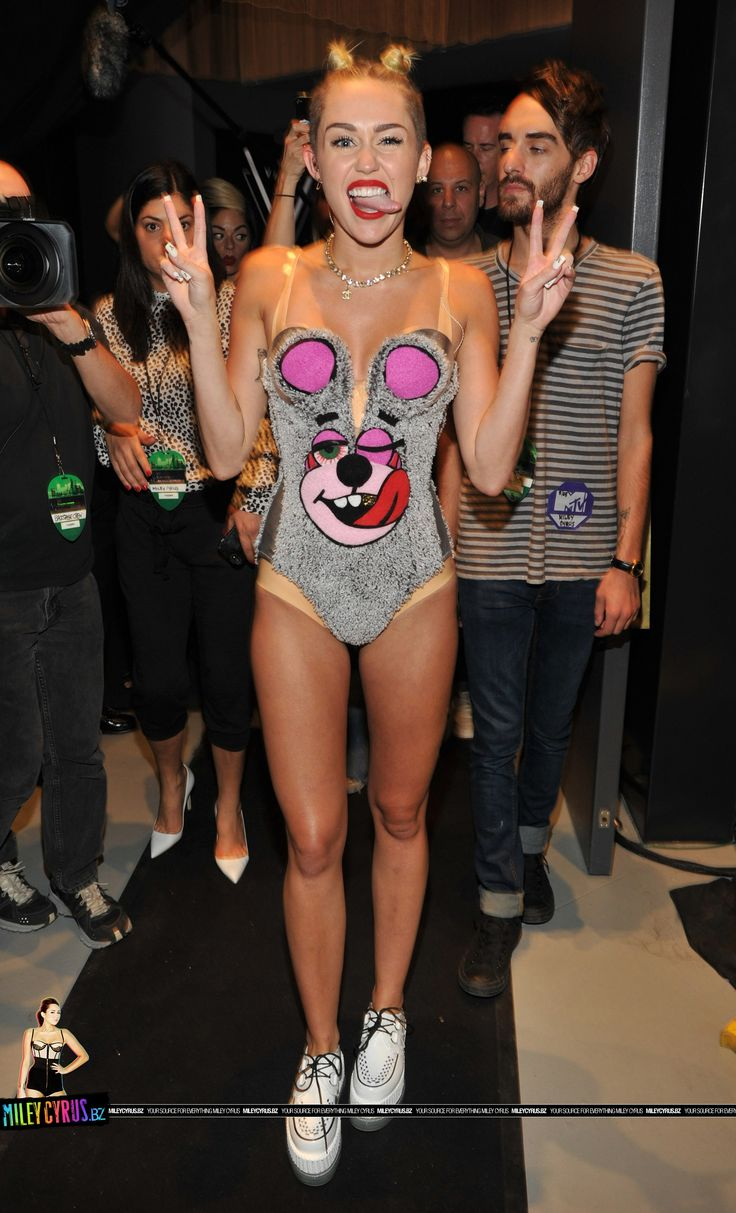 Miley Cyrus looks wacked out. Jtfo