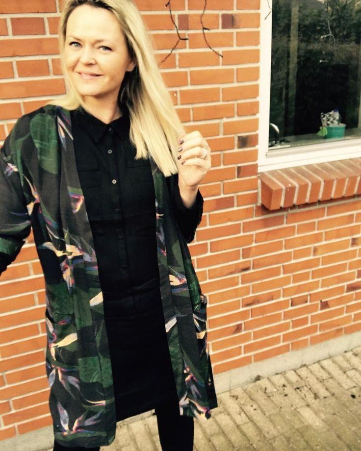 BLACK SWANs nye kollektion er blevet taget så fint imod 😍 Love it! Husk du altid er velkommen til at komme forbi og se tøjet ❤ #blackswanfashiondk #malsenblackswan #kimono #print #flowerprint #paradise #danishdesign #ss17 #spring #gottaloveit #gottahaveit @blackswanfashiondk Black Swan Fashion SS17 Jinx shirt dress and Julia kimono