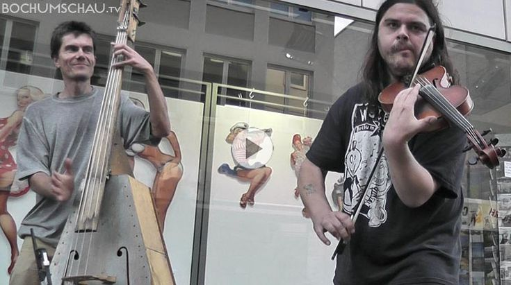 """Berliner Straßenmusikerduo """"Atze Wellblech"""" mit Geigerzähler"""" Paul und Hans mit selbstgebautem Kontrabass spielen live in Bochum ihr Lied """"Psychokacke""""."""