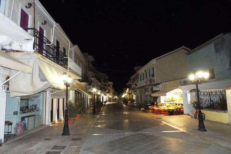 Ο Κεντρικός πεζόδρομος (οδός Ι. Μελά) τη νύχτα.