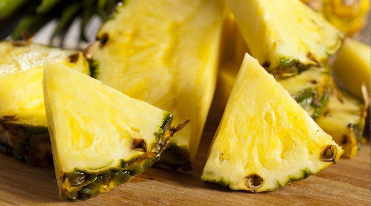そもそも、パイナップルを食べた後のいがらっぽさ。あの原因は、パイナップルに含まれる酵素によるもの。「タンパク質分解酵素」というのが正式な呼び名のようですが、この酵素が舌の上のネバネバ粘膜、あれは、ただの唾液ではなく「タンパク質」なんだそうです。  この果実による口内の異変を調査した「Delish」は、こう分析しています。 パイナップルを口にすると、舌の上や頬の粘膜にあるタンパク質が酵素によって、徐々に溶かしてしまうんだそう。すると、タンパク質で覆われていた粘膜があらわに。これがチクチクの原因。舌が、パイナップル本来の酸味や刺激に敏感に反応し、あのチクチクがやってくるようです。人によっては、ピリピリしたり、チクチク棘を刺されているように感じる人も。 ただし、人間は、唾液から常にタンパク質が分泌されるため、食べ終わった後はまた、元通りに舌がタンパク質でカバーされるようです。…