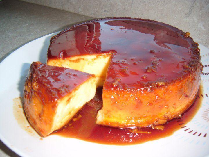 Quesillo Venezolano Ingredientes: 5 Huevos 1 bote de leche condensada 1 medida de leche entera o semi-desnatada (Se usa el mismo bote de la leche condensada) 6 cdas de azúcar ó más 2 cdas de agua 1 chorrito de ron 1 cdta de esencia de vainilla 1 lata de galletas con tapa de aluminio o una quesillera